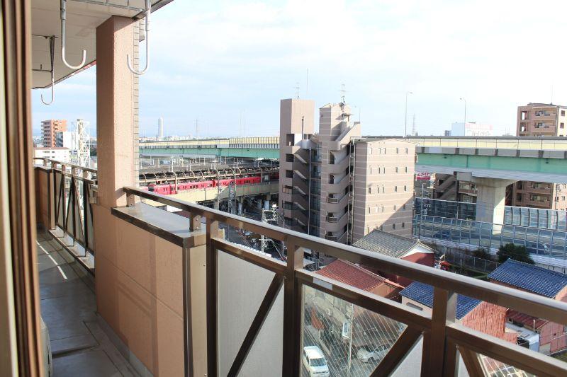 窓からは駅のホームが見えます。