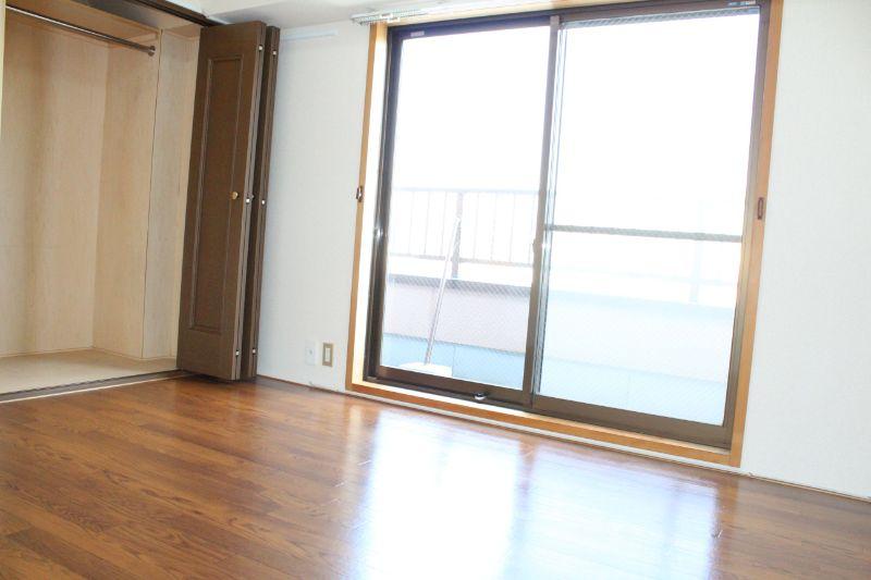 角部屋です。白を基調に清潔感のあるお部屋です。